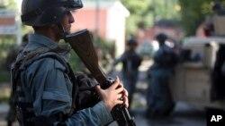 Lực lượng an ninh Afghanistan canh gác gần một điểm bị phe Taliban tấn công vào tháng 4/2015.
