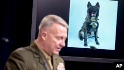 تصویر «کونن» سگ قهرمان در پس زمینه سخنرانی ژنرال مککنزی، فرمانده سنتکام.