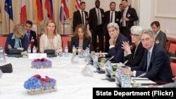 2015年7月9日奥地利维也纳: 欧盟外交和安全政策高级代表费代丽卡·莫盖里尼(中)、美国国务卿克里和英国外交大臣哈蒙德(右一)