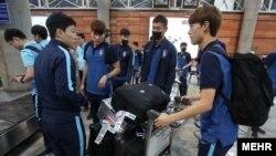بازیکنان تیم ملی کره جنوبی با ماسک در فرودگاه تهران