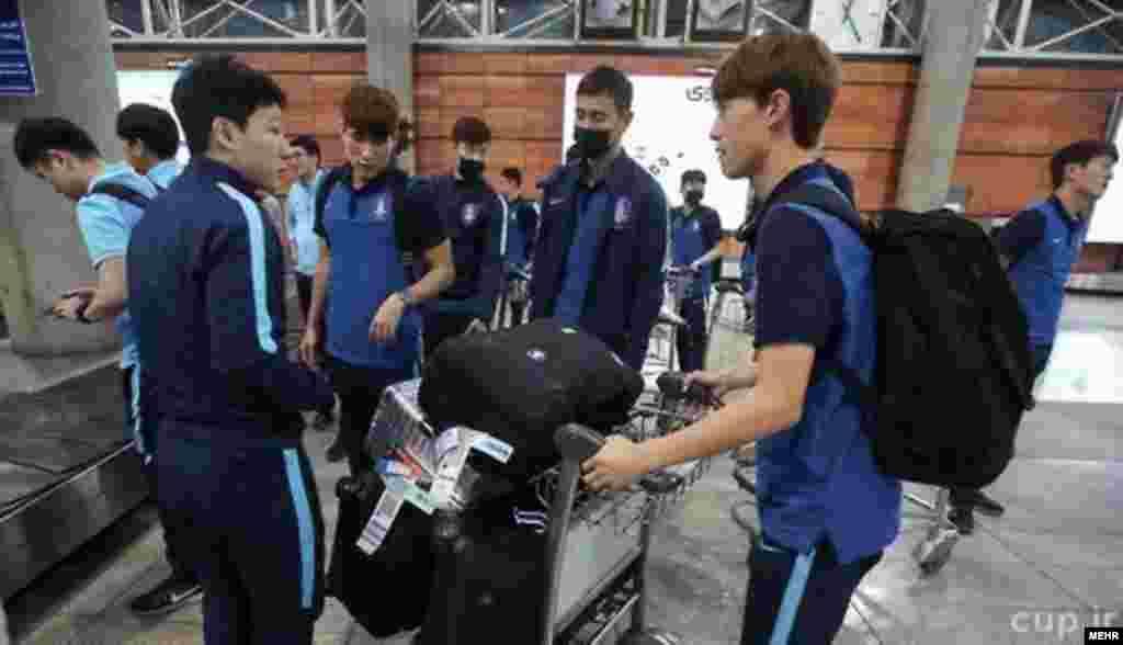 حضور بازیکنان تیم ملی کره جنوبی با ماسک در فرودگاه تهران حاشیه ای شد. بخصوص کاپیتان آنها از هوای آلوده تهران و خانه های کوچک در شهر انتقاد کرد. بعد مهدی تاج رئیس فدراسیون فوتبال ایران در واکنش در یک برنامه زنده ورزشی گفت: به تو چه این غلطا.