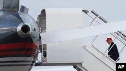 Presiden AS terpilih Donald Trump menaiki pesawatnya di Bandar Udara Internasional Palm Beach, Florida, dalam perjalanan ke New York (27/11). (AP/Carolyn Kaster)