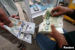 이란 리알과 미국 달러를 환전하고 있는 모습. (자료사진)