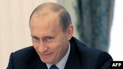 Vladimir Putin gələn mart ayı keçiriləcək prezident seçkilərində iştirak edəcəyini bəyan edib