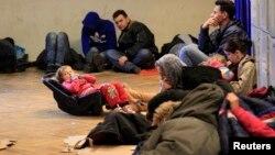 Біженці з Косова на залізничному вокзалі в Будапешті