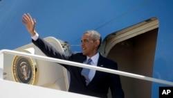 5月2日奥巴马总统登上空军一号座机前往拉丁美洲时挥手致意