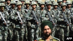 资料照:印度士兵与中国士兵。