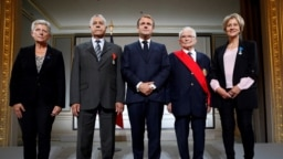 Le général François Meyer, Salah Abdelkrim et Bornia Tarall avec le président français Emmanuel Macron et la ministre adjointe de la Défense Geneviève Darrieussecq après avoir été récompensés lors d'une cérémonie à la mémoire des Harkis, le 20 septembre 2021.
