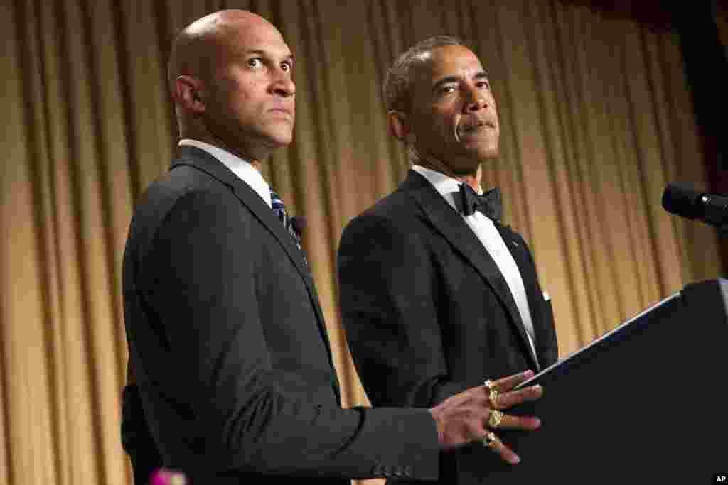 Presiden AS Barack Obama (kanan) bersama aktor Keegan-Michael Key dalam acara makan malam di hotel Hilton, Washington DC.