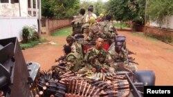 지난 3월 중앙아프리카 공화국의 수도 방기에서 미셸 조토디아 수반이 이끄는 셀레카 반군 단체가 순찰을 돌고 있다. (자료사진)