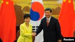 지난 6월 중국 베에징에서는 박근혜 한국 대통령(왼쪽)과 시진핑 중국 국가주석의 정상회담이 열렸다. (자료사진)