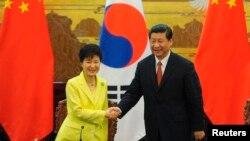 박근혜 한국 대통령(왼쪽)과 시진핑 중국 국가주석이 27일 중국 베이징에서 한-중 정상회담을 가지고 공동성명을 발표했습니다.