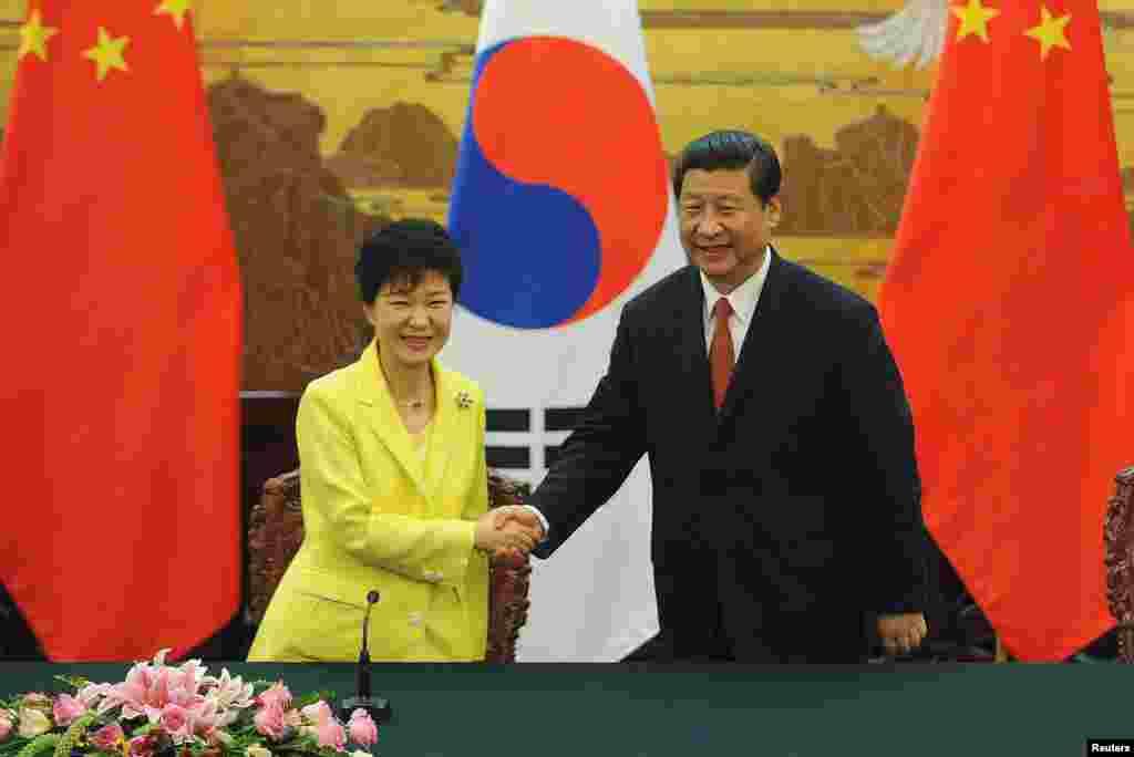 27일 중국 베이징 인민대회당에서 열린 한-중 정상회담에서 박근혜 한국 대통령(왼쪽)과 시진핑 중국 국가주석이 공동성명을 발표한 후 악수하고 있다.