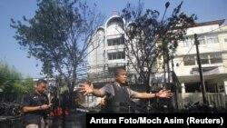 Cảnh sát tại hiện trường một trong các vụ tấn công hôm 13/5.