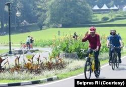"""Presiden Joko Widodo hari Sabtu (25/7) mengatakan """"swab test"""" yang dilakukannya terbukti negatif. Jokowi mengajak warga berolahraga untuk meningkatkan kekebalan tubuh guna melawan virus corona. (Foto: Courtesy/Setpres RI)"""