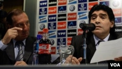 L'ancien joueur et sélectionneur Diego Maradona (droite) (Archives).