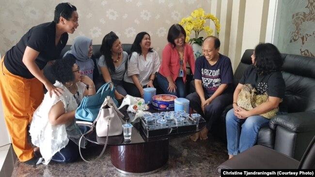 Sejumlah wartawan menjenguk Sutopo seusai perawatan medis di rumahnya. Wartawan senantiasa merasa berhutang budi dengan informasi akurat terkait bencana yang dirilis Sutopo dengan cepat.