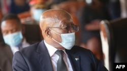 L'ancien président sud-africain Jacob Zuma regarde pendant le service commémoratif du roi Goodwill Zwelithini au palais royal de KwaKhethomthandayo à Nongoma, en Afrique du Sud, le 18 mars 2021.