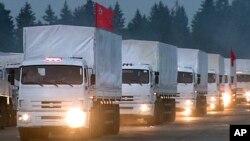 2014年8月12日280辆俄罗斯卡车载着援助物资前往东乌克兰途中。(视频截图)