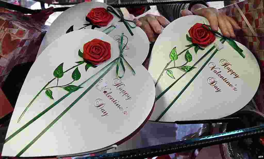 Những hộp kẹo sô-cô-la được bày bán nhân Ngày Valentine tại North Andover, bang Massachusetts, ngày 13 tháng 2 năm 2012. (AP)