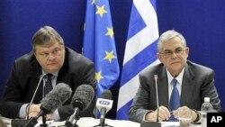21일 기자회견장에서 발언하는 그리스 총리 루카스 파파데모스(왼쪽)와 재무장관 에반젤로스 베니젤로스.