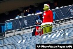 Вболівальники в різдвяних костюмах на грі з американського футболу, Теннессі