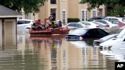 Des résidents de Houston évacués lors d'inondations le 19 avril 2016.