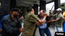 Borges publicó en Twitter fotografías del ataque en su contra.