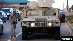 密苏里州克莱顿: 国民警卫队和悍马