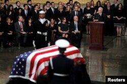 El líder de la mayoría en el Senado de EE.UU., Mitch McConnell (R-KY) habla durante las ceremonias del ex presidente George H.W. Bush dentro de la Rotonda del Capitolio, en Washington, D.C., el 3 de diciembre de 2018.