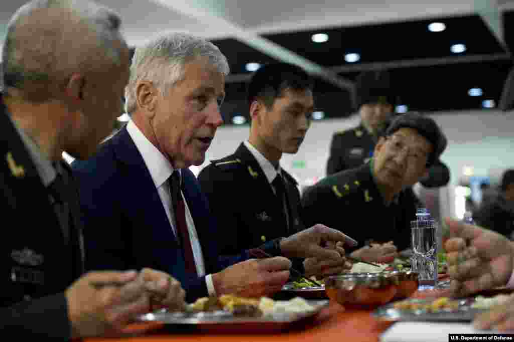 Secretary of Defense Chuck Hagel eats lunch with two non-commissioned officers and several Chinese military commissioned officers at the Non-Commissioned Officer Academy in Beijing, China, April 9, 2014. (Department of Defense)