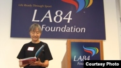 Chị Hatton đọc một đoạn trong cuốn sách The Night Olympic Team tại buổi tiệc mừng cuốn sách được xuất bản, LA84 Foundation, thành phố Los Angeles. (Ảnh chụp bởi: SanjaStarcevic)