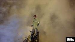 آتش نشانان پس از فروریزی ساختمان پلاسکو به جستجوی همکاران خود پرداختند.