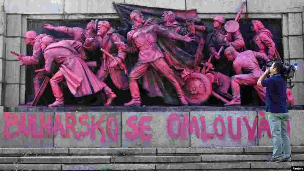 Likovi sovjetskih vojnika obojeni u ružičasto na spomeniku sovjetskoj armiji u Sofiji, Bugarska.