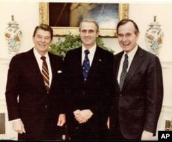 李洁明大使(中)与里根(左)和老布什总统(右)