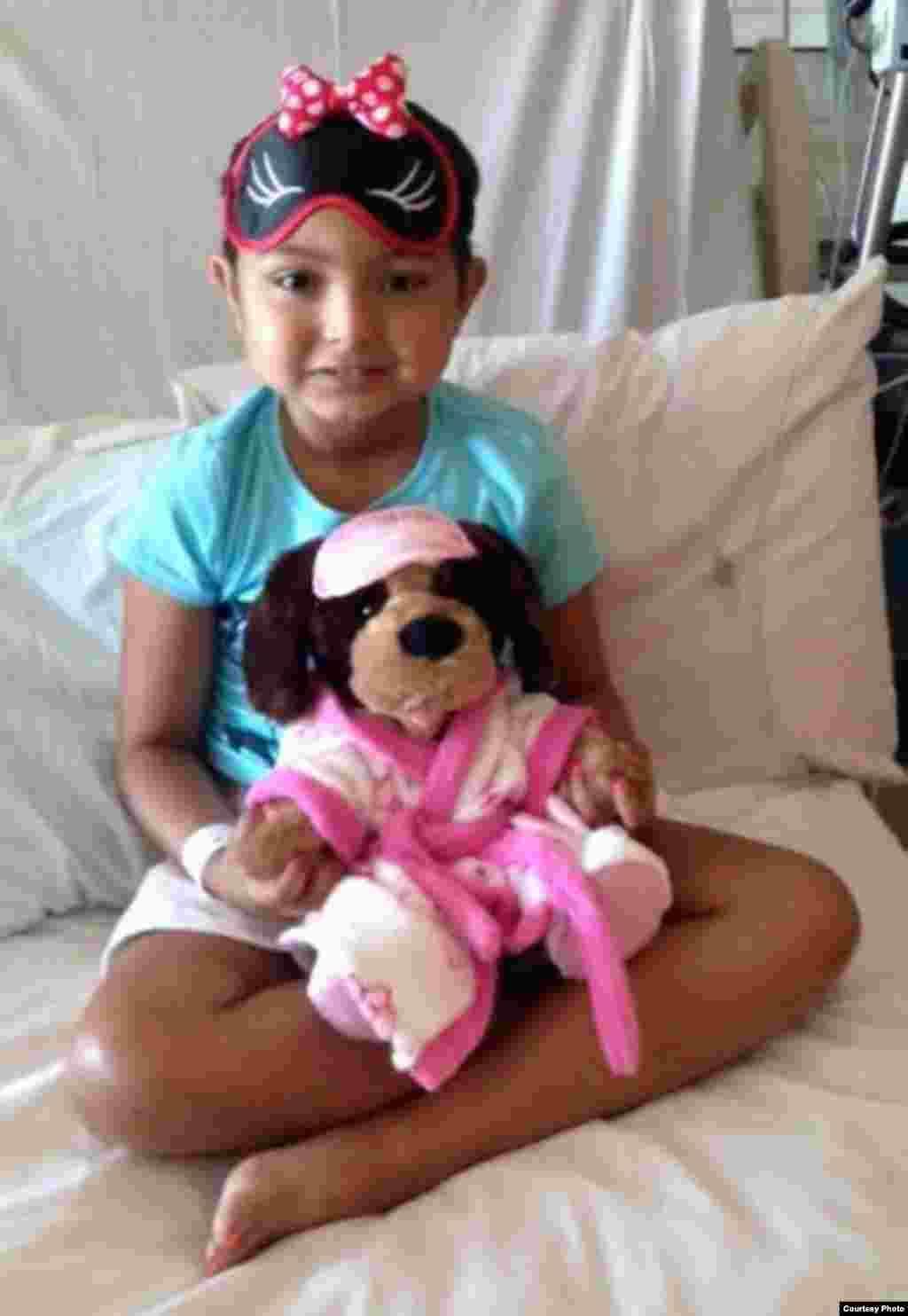 接受凯西礼物的病童 (图片由UCLA提供)