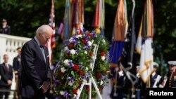 Presidente Joe Biden deposita coroa de flores durante o Memorial Day, no Cemtério Nacional de Arlington, Virginia, 31, Maio, 2021. REUTERS