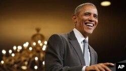이달초 백악관 행사 도중 생일(4일) 축하 인사를 받은 뒤 웃고있는 바락 오바마 미국 대통령. (자료사진)