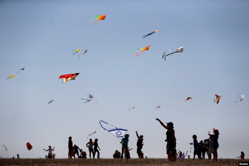 유대력 새해 명절 가운데 하나인 '로쉬 하샤나'를 맞아 이스라엘 중부의 베이트구브린 국립공원에서 연을 날리고 있는 주민들.