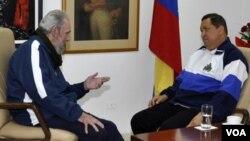 Fidel Castro conversa con Hugo Chávez durante una de las visitas de éste a La Habana.