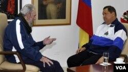Fidel Castro conversa con el presidente Hugo Chávez el mes pasado en el hospital donde éste ha recibido tratamiento en La Habana