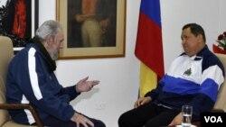 Una de las fotografías dadas a conocer por el gobierno cubano muestra a Fidel Castro dialogando con Hugo Chávez.