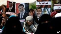 이집트 군부에 의해 축출된 무함마드 무르시 대통령의 지지 세력이 5일 카이로 대학 인근에서 시위하고 있다.