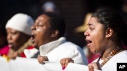 8일 미국 위스콘신 주 메디슨에서 백인 경관의 총에 맞아 사망한 흑인 청년 토니 로빈슨의 죽음에 항의하는 집회가 열렸다.