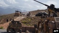 Arhiva - Američki, NATO i avganistanski komandosi na kontrolnom punktu tokom patrole protiv militanata Islamske države u Deh Bala disktriktu u istočnoj Nangarhar pokrajini, 7. jula 2018.