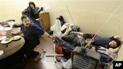 Jesus Torres menempati satu ruang bersama isteri dan tiga anaknya di di tempat penampungan sementara. Tempat penampungan lokal berjubel pada musim dingin, sementara akses ke perumahan murah sangat terbatas akibat pemangkasan anggaran dan meningkatnya biaya hidup di Washington, DC (foto: dok).