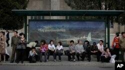 지난 3일 북한 평양 시내에서 주민들이 마을 버스를 기다리고 있다.