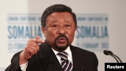 Photo d'archives: Jean Ping face à la presse à Londres, le 23 février 2012.