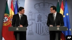 Spain's Prime Minister Mariano Rajoy, right, and Portugal's Prime Minister Pedro Passos Coelho, left, during a press conference at the Moncloa Palace in Madrid, May 13, 2013