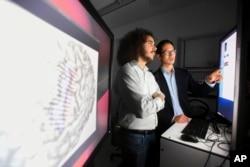 یونیورسٹی آف کیلی فورنیا کی لیبارٹری میں نیورو سرجں ڈاکٹر ایڈورڈ چانگ اور انجنیئر ڈیوڈ موسز کام کر رہے ہیں۔